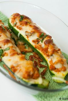 Gevulde courgette met kip, rode pesto en mozzarella Stuffed zucchini with chicken, red pesto and moz Good Healthy Recipes, Healthy Snacks, Vegetarian Recipes, Low Carb Brasil, Clean Eating, Food Porn, Food Inspiration, Love Food, Food And Drink