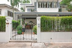 สูดลมหายใจ บ้านเก่าสไตล์โคโลเนียล กลางเกาะรัตนโกสินทร์ | ประกาศขาย บ้านเดี่ยว คอนโด ทาวน์เฮ้าส์ ฟรี – TerraBKK Property Knowledge you can Trust Fence Gate Design, Thai House, Backyard Fences, House Rooms, Traditional House, Home Deco, My Dream Home, Exterior Design, My House