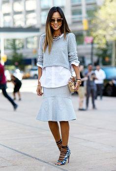 Kort truitje over een langere blouse staat eigenlijk best leuk. Combi met de rok is vreselijk trouwens.