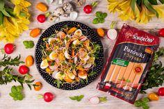 WIELKANOCNY ZWIASTUN. Przepyszna sałatka w klimacie wiosenno-wielkanocnym z jajeczkami przepiórczymi, bazyliowym pesto, kolorowymi warzywami, kiełkami rzodkiewki oraz sokołowskimi parówkami z szynki.
