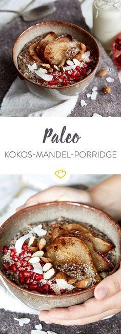 Das beste Frühstück am Wochenende? Cremig warmes Paleo-Porridge mit der extra Portion Kokos, Mandeln und fruchtigem Birnen-Granatapfel-Topping.