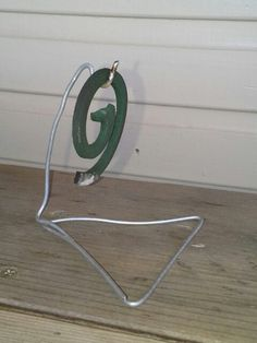 The wire mosquito coil holder. Take of wire and some pliers. The triangle base sides are ish, as is the vertical. Metal Projects, Projects To Try, Wire Crafts, Diy And Crafts, Home Design Plans, Wire Art, Recycled Crafts, Beads And Wire, Wall Decor
