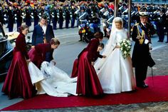 Willem-Alexander en Máxima komen aan bij de Nieuwe Kerk in Amsterdam voor hun huwelijk op 2 februari 2002.