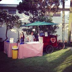 Food bike usa bicicleta e carro para vender hambúrguer, doce e vinho