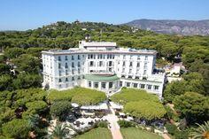 Grand Hôtel du Cap Ferrat***** Palace Le Grand-Hôtel du Cap-Ferrat est situé entre Nice et Monaco, à la pointe de la presqu'île du Cap-Ferrat, face à la Méditerranée, au cœur d'une succession de pins et de fleurs de mille couleurs.  L'établissement jouit ainsi d'une vue époustouflante sur la mer et offre l'expérience du luxe et de l'élégance dans un environnement préservé. #GrandHotelduCapFerrat #Palaces #Riviera #RVenFrance