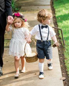 Se sapato novo machuca pé de adulto, imagine de criança? Saber escolher o sapato para daminha de casamento pode ser o detalhe fundamental para uma entrada perfeita.