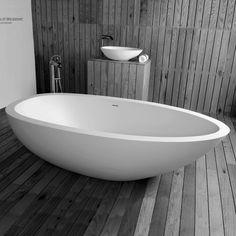 Blikvanger in de badkamer: vrijstaand bad Elaine van JEE-O. Uitgevoerd in wit DADOquartz.   Wat zijn de voordelen van DADOquartz? www.wonen.nl/a/5361