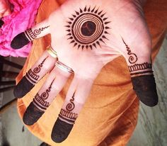 121 Simple mehndi designs for hands Easy Henna patterns with Images Bling Sparkle Round Mehndi Design, Mehndi Designs For Kids, Finger Henna Designs, Henna Art Designs, Mehndi Designs For Beginners, Modern Mehndi Designs, Mehndi Design Photos, Mehndi Designs For Fingers, Latest Mehndi Designs