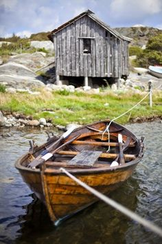 fishing shack and row boat Old Boats, Small Boats, Row Row Your Boat, The Row, Image Foto, Float Your Boat, Boat Art, Fishing Boats, Ice Fishing
