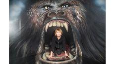 Zpěvačka Petra Černocká v tlamě King Konga King Kong, Petra, Lion Sculpture, Statue, Fictional Characters, Art, Art Background, Kunst, Performing Arts