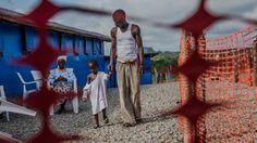 Sobreviviente de Ébola, George Beyan, cuida a su hijo William de 5 años diagnosticado positivo. El niño murió pocos días después. 19 de octubre 2014