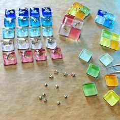 ダイソーの『ガラスタイル』が話題♪インテリアやアクセのDIYに便利だよ | CRASIA(クラシア) Cute Jewelry, Diy Jewelry, Flower Stamen, Handmade Accessories, Fashion Accessories, Resin Crafts, Diy Earrings, Clay Creations, Resin Jewelry