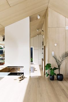 Månedens hjem er et spesielt og interessant trehus Modern Cabin Interior, Home Interior Design, Interior Architecture, Plywood Interior, Interior Walls, Interior And Exterior, Plywood House, Tin House, White Fireplace