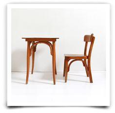 Petite table Bauman des ann�es 60 et sa chaise en tr�s bon �tat g�n�ral, quelques traces d'usure du temps sur le dessus de la table mais belle patine.Retrait sans frais : Entrez le code ATELIER � la fin de votre commande