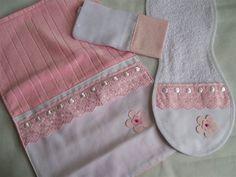 Kit higiene passeio.  01 Regurgitador ( Ombro mamãe )  01 Paninho de boca 35 x 35  01 Toalha porta fralda c/ bolso em Piquet c/ ziper ( para as fraldas )
