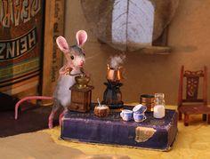 A mouse and coffee! Eek A Mouse, Felt Mouse, Mini Mouse, Cute Mouse, Maus Illustration, Tiny World, Felt Animals, Miniature Dolls, Xmas Tree