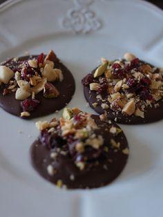 Mini Chocolate Discs with Chopped Nuts 砕いたナッツ入りのミニチョコレートディスク