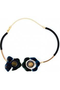 Collier en cuir noir à pendentifs fleurs en résine bleue et verte Marni avec fermoir mousqueton, empiècements contrastants et finitions dorées.