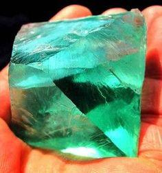 Камень 2016 года - Флюорит /// Флюорит называют камнем Новой эры. Это потому, что он ориентирован в будущее. И с ним творить будущее в многомерности лучше всего. Есть много других камней для многомерности. Но этот самый нескучный и обучающий. Green Colors, Colours, Quartz Geode, Stones And Crystals, Gem Stones, Coral Stone, Minerals And Gemstones, Rocks And Gems, Mother Nature