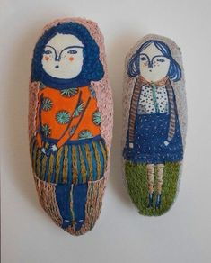 Nice dolls lovely vintage child illustration screenprints on these arty plushie… Fabric Dolls, Fabric Art, Paper Dolls, Art Dolls, Softies, Plushies, Cross Stitch Embroidery, Hand Embroidery, Soft Sculpture
