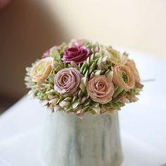 「 Student's work from China. #cake #creamcake #flowercake #buttercreamflowers #flowers #buttercream #icing #kissthecake #artwork  #케이크 #꽃 #꽃스타그램 #버터크림… 」