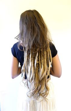 Here is Emma, two years ago I started her dreadlock Journey and now she wanted a change so she came to me for some dreadlovin and some loose ends. When you add loose ends to the dreads then you get a total new look and flow to the dreads. She was super exited about her new look!