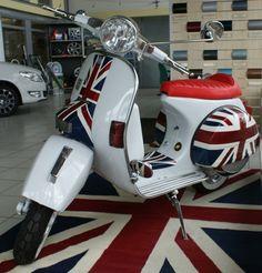 a Union Jack Vespa. oh yeah. Piaggio Vespa, Lambretta Scooter, Vespa Scooters, Fiat 500, Vintage Vespa, Vespa Girl, Scooter Girl, Union Jack, Sidecar