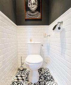 Дизайн туалетов маленьких размеров: 80 функциональных и компактных вариантов интерьера http://happymodern.ru/dizajn-tualetov-malenkix-razmerov-foto/ Белая глянцевая плитка в отделке помещения под туалет Смотри больше http://happymodern.ru/dizajn-tualetov-malenkix-razmerov-foto/