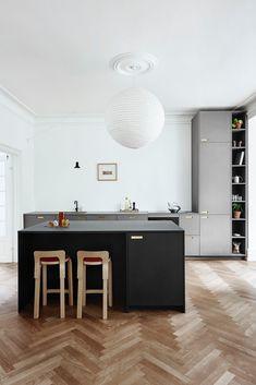 Classic Home Decor .Classic Home Decor Modern Grey Kitchen, Grey Kitchen Designs, Minimalist Kitchen, Ikea Kitchen, Kitchen Interior, Kitchen Decor, Cuisines Design, Küchen Design, Elle Decor