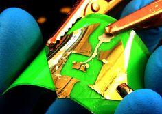 Получившийся материал излучает свет, при этом он полупрозрачный и гибкий из-за очень малой толщины (всего 10-40 атомов).  Графен можно получать с помощью кухонного блендера и жидкости для мытья посуды  Подробнее в источнике: http://sneg5.com/nauka/tehnika-i-tehnologii/grafen-prozrachnyy-magnitnyy.html