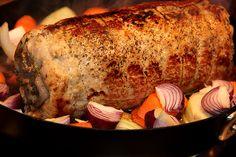 Fylld benfri kotlettrad med rökt skinka, vitlök, persilja och soltorkade tomater – Kryddburken Turkey, Meat, Food, Meal, Eten, Meals
