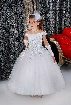 2016 Cap Sleeve Scalloped Flower Girls Dress Tulle Appliques Beaded First  Communion Dresses Girls Pageant Dresses Kids Ball Gown-in Flower Girl  Dresses from ... 7c8e1838d705