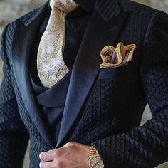 Men's Jackets For Every Occasion. Photo by Menswear Market Jackets are a must-have in the cold weather but it can also be used to accessorize an outfit. Gentleman Mode, Gentleman Style, Mens Fashion Suits, Mens Suits, Style Masculin, Dinner Jacket, La Mode Masculine, Suit And Tie, Wedding Suits