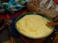 Veja como fazer manteiga caseira usando apenas dois ingredientes, a manteiga fica muito cremosa. INGREDIENTES 500g de creme de leite fresco Sal COMO FAZER MANTEIGA CASEIRA FÁCIL MODO DE PREPARO Antes de bater coloque o creme de leite no frezer por 10 minutos Depois disso, coloque na batedeira e em velocidade média, bata até que …
