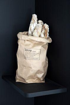 Snygga presentpåsar i returpapper som visar kärlek