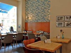 Ein bezauberndes kleines Café mit französischen Spezialitäten: Die Plätze auf der Terrasse sind begehrt wie ein Croque-Monsieur. Kein Wunder, sitzt man hier doch fast wie in Paris bei Café Creme und Selbstgebackenem nach französischen Familienrezepten. Wer keinen der begehrten Plätze ergattert: Im kleinen Shop gibt es ein feines Sortiment an französischen Leckereien zum Mitnehmen. Mein Favourite: Rote-Linse-Kokos-Suppe!