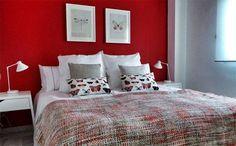 Habitacion pintada de color rojo