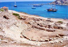 DATÇA-Knidos antik kentinide listenize ekleyin derim. Burada iki adet tiyatro bulunuyor. Biri 20000 diğeri 5000 kapasiteye sahip. Bu antik kentin aslında çok fazla ünlü olmasının sebebi dünyadaki ilk çıplak tanrıça heykelinin burada yapılmış olmasıdır. (Praksiteles tarafından çıplak Afrodit heykeli yapılmış.) Ayrıca bir kaç kalıntı da sarı liman bölgesinde bulunuyor. Burada tapınak ve kilise kalıntılarını gezebilirsiniz. En ünlüsü Apollon Tapınağı'dır.