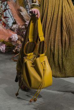 Lov the color Ulla Johnson at New York Fashion Week Fall 2019 - Details Runway Photos Fall Handbags, Purses And Handbags, Leather Handbags, Leather Purses, Gucci Purses, Sacs Design, Western Purses, Minimalist Bag, Popular Handbags