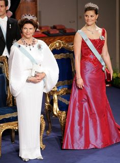 Queen Silvia and Crown princess Victoria at the Nobel prize ceremony in 2006 Princess Victoria Of Sweden, Crown Princess Victoria, Queen Fashion, Royal Fashion, Queen Of Sweden, Royal Monarchy, Swedish Royalty, Princess Dress Up, Royal Tiaras
