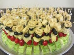 salad kabobs - cheese tortellini on top, black olives, artichoke hearts, grape tomatoes, all standing in a half circle chunk of cucumber. Drizzled with Balsamic Dressing (italian appetizers skewers) Appetizers For Party, Appetizer Recipes, Appetizer Ideas, Recipes Dinner, Fingerfood Baby, Wedding Reception Food, Wedding Cake, Wedding Dinner, Wedding Ideas