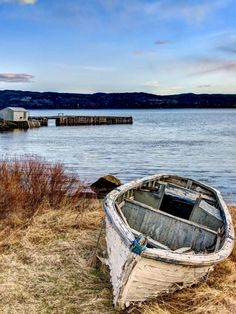 Have you been thinking about building your own boat, but think it may be too much hassle? It is true that boat plans can be pretty complicated. Wooden Boat Building, Boat Building Plans, Art Et Nature, Sailboat Plans, Build Your Own Boat, Boat Art, Old Boats, Boat Painting, Lake Life