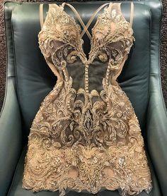Olá estilosas! No look de hoje vamos de mini Dress dourado com rendas e minuciosos bordados no tom. Este não pode faltar para sua baladinha…