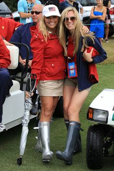 Amy Mickelson Photos - Amy Mickelson and Dowd Simpson pose while attending the Day Three Afternoon Four-Ball Matches of the 2011 Presidents Cup at Royal Melbourne Golf Course on November 2011 in Melbourne, Australia. Wellies Rain Boots, Hunter Rain Boots, Presidents Cup, Hunter Boots Outfit, Golf Fashion, Women's Fashion, Fashionable Snow Boots, Golf Outfit, Fashion Lookbook