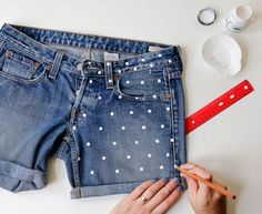 DIY Fashion Upcycling Stamp on plain shorts with fabric color. Diy Jeans, Diy Shorts, Painted Jeans, Painted Clothes, Painted Shorts, Diy Clothes Refashion, Diy Clothing, Polka Dot Shorts, Polka Dots