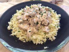 Bifinhos de peru com molho de cogumelos (versão saudável com queijo quark) e arroz de couve flor