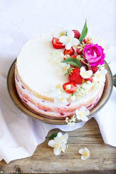 Tort truskawkowy z syropem z kwiatów czarnego bzu