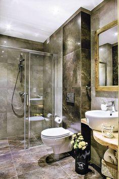 Stylowa łazienka z prysznicem bez brodzika. Ściany wyłożono ciemnymi, eleganckimi płytami. Wprowadzono tez elementy drewniane - blat oraz ramę lustra. Bathtub, Bathroom Ideas, Inspiration, Kitchens, Home, Design, Standing Bath, Biblical Inspiration, Bathtubs