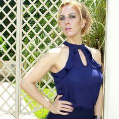 Gentheeee!!!!  Um escândalo esta  blusa de babado com este  decote V. Fico libda com a saia  plisada. Daqui  a pouco posto  o look completo. Disponível em cores variadas do  P ao G. Corre  para o site :  www.santollo.com.br