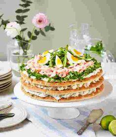 Polarbröd | Somrig smörgåstårta med räkor och primörer Sandwiches, Sandwhich Cake, Pizza, Chutney, Buffet, Picnic, Food And Drink, Easter, Table Decorations